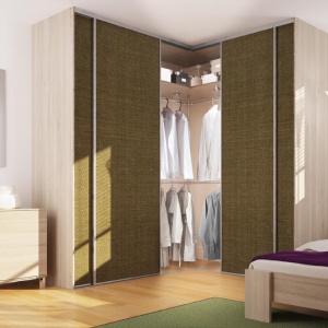 Szafa narożna sprawdzi się szczególnie w małej sypialni: na zdjęciu system drzwi przesuywnych firmy Komandor. Fot. Komandor