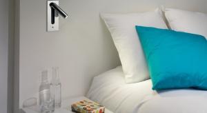 Na rynku znajdziemy wiele różnych modeli lamp do sypialni, należy jednak wiedzieć, że nie wszystkie będą w równym stopniu nadawać się do wieczornego czytania w łóżku. Podpowiadamy, jakie warto kupić!