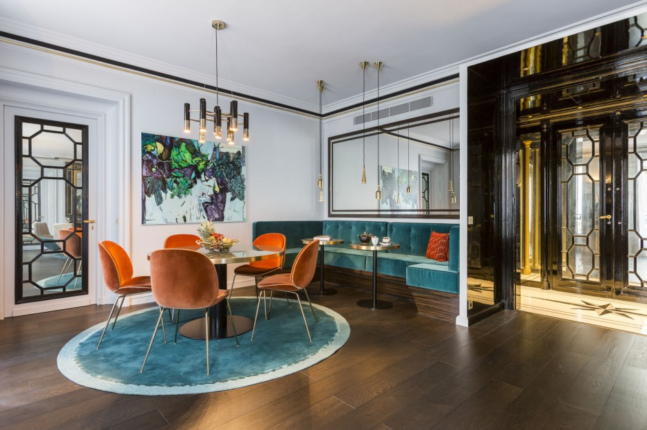 Wygodny posiłek w jadalni zapewnia miękkie krzesła, których obicia są wykonane z aksamitu. Projekt: Gerard Faivre Paris.