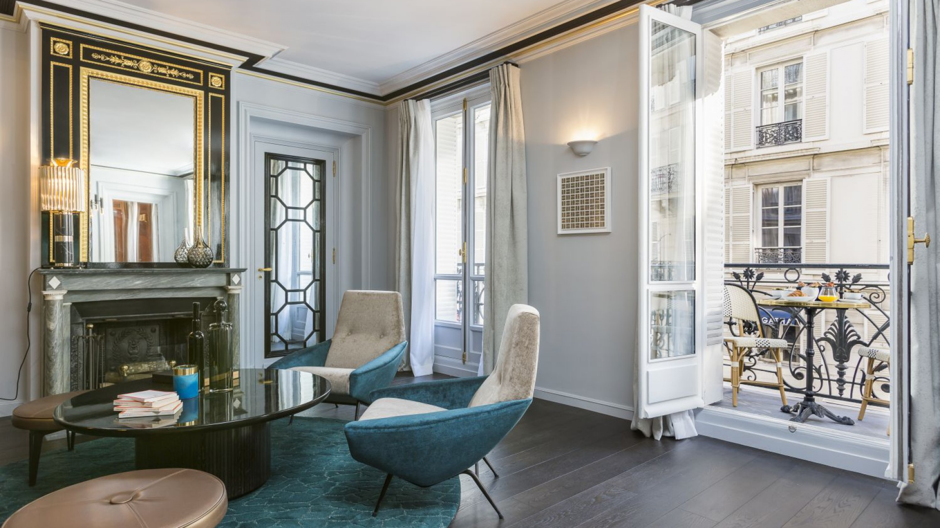 Dwa przepiękne fotele to antyki. Nadają one vintage'owy klimat wnętrzu, a kolorystycznie wspaniale harmonizują z oryginalnym dywanem. Projekt: Gerard Faivre Paris.