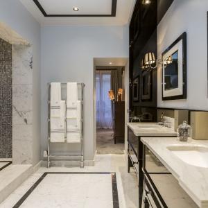 Uniwersalny zestaw czerni i bieli podkreśla elegancki charakter łazienki i wspaniale harmonizują z naturalnym marmurem na podłodze. Projekt: Gerard Faivre Paris.