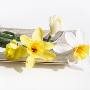 Sypialnie można ozdobić sztucznymi kwiatami tworząc kompozycje czy subtelne dekoracje z pojedynczych kwiatów: żonkil żółty  z oferty marki Eurofirany. Fot. Eurofirany