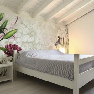 Sypialnia w kwiatach – 15 pomysłów na wiosenną metamorfozę
