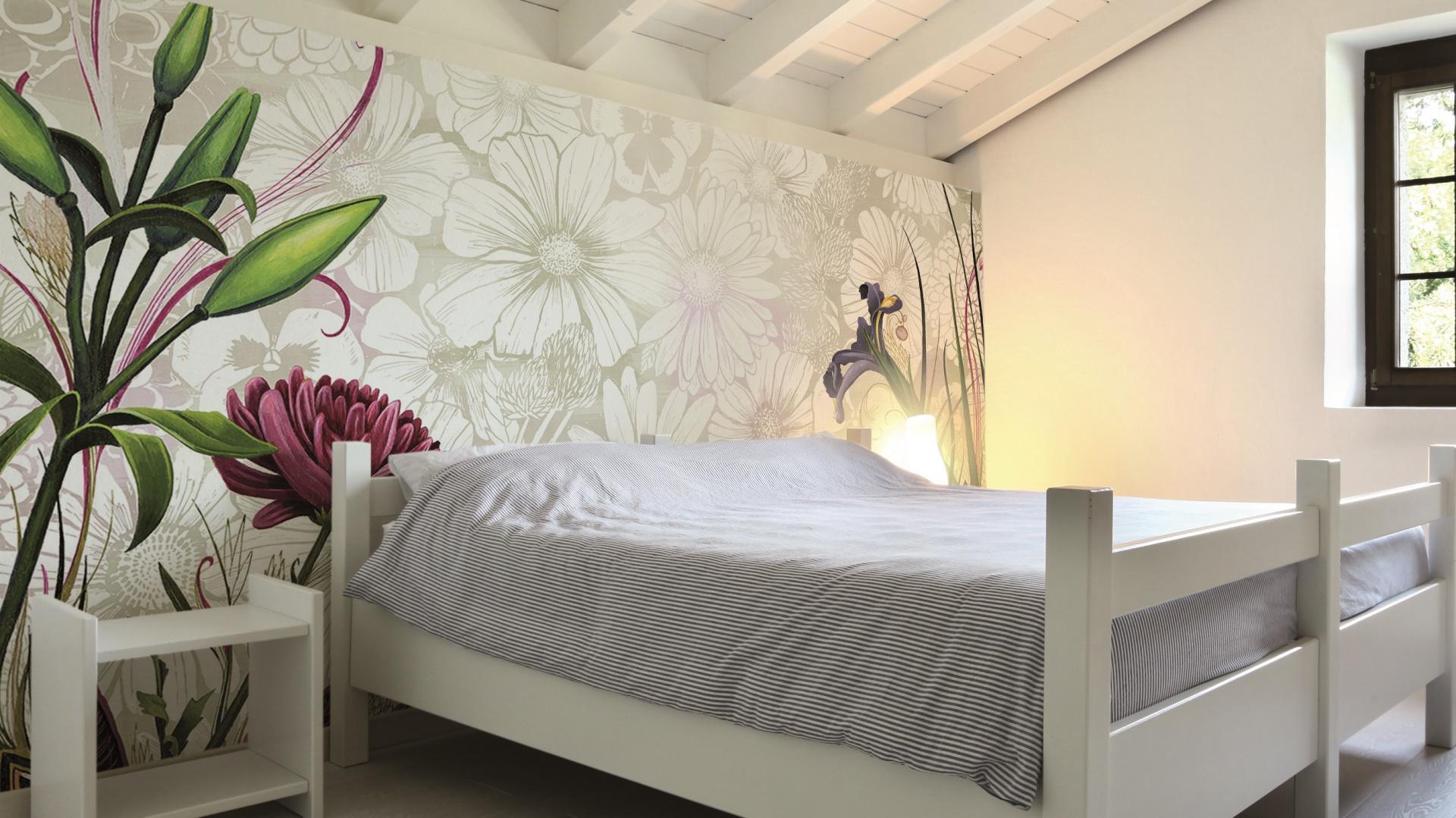 Grafika ścienna Flower z kolekcji Symbiosis marki Glamora (proj. Gina Triplett; dystrybucja Dekorian) wykonana na materiale winylowym ożywi wnętrze i wprowadzi radosny wiosenno-letni klimat. Fot. Glamora