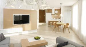 Telewizor w salonie coraz częściej, zamiast stawiać na meblach, montujemy na ścianie. Zobaczcie jak efektownie ją wykończyć, aby stała się estetyczną oprawą dla sprzętu RTV.