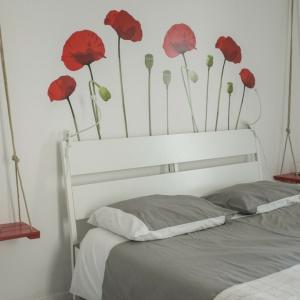 Ściany w sypialni łatwo ozdobimy za pomocą naklejek czy fototapet z kwiatowym motywem, na zdj. propozycja marki Pixteria.pl. Fot. Pixteria.pl