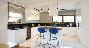 Biała kuchnia świetnie komponuje się z jadalnią i salonem, można w niej także stosować dodatki we wszystkich kolorach. Zobaczcie ciekawe pomysły na białe meble!