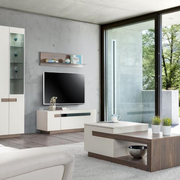 Modny salon: wybierz białe meble ocieplone drewnem