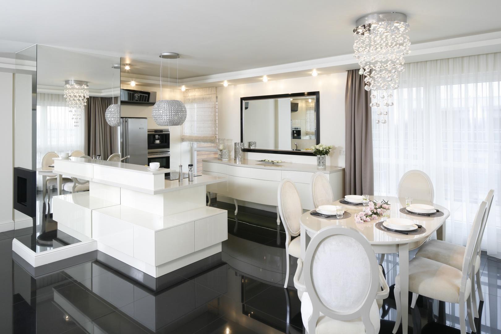W tym eleganckim salonie lustra zostosowano z rozmachem, m.in. jako wykończenie fragmentów ścian i obudowy. Projekt: Katarzyna Uszok. Fot. Bartosz Jarosz