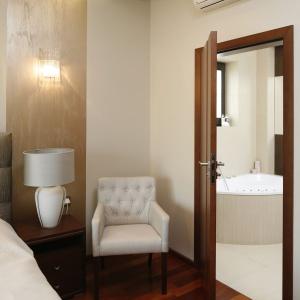 Sypialnia bezpośrednio graniczy z łazienkę, urządzono w harmonizujących barwach. Projekt: Kinga Śliwa. Fot. Bartosz Jarosz