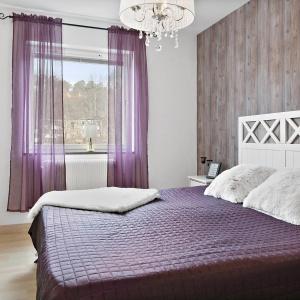 Ścianę w sypialni wykończono tapetą z motywem deski, nawiązującą do ściany w salonie. Taki zabieg potęguje wrażenie harmoniii we wnętrzu. Zdjęcia: Svenksfast.se