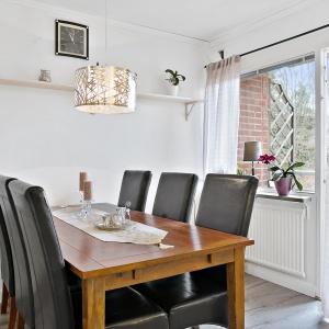 W kuchni znalazło się również miejsce na sporych rozmiarów jadalnię, którą usytuowano bezpośrednio przy wyjściu na balkon. Zdjęcia: Svenksfast.se