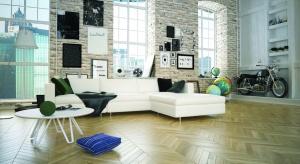 Podłogę w salonie możemy wykończyć na wiele sposobów, jednak żaden z nich nie jest tak urokliwy i nie tworzy tak przytulnej atmosfery jak naturalne drewno.