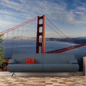 Imponujący widok na najsłynniejszy most świata Golden Gate wspaniale zdobi ścianę salonu. Pod kolor samego mostu dobrano również poduszkę. Fot. Minka