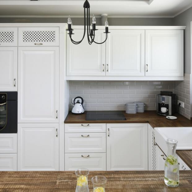 Białe meble do kuchni: pomysły w klasycznym, angielskim prowansalskim stylu