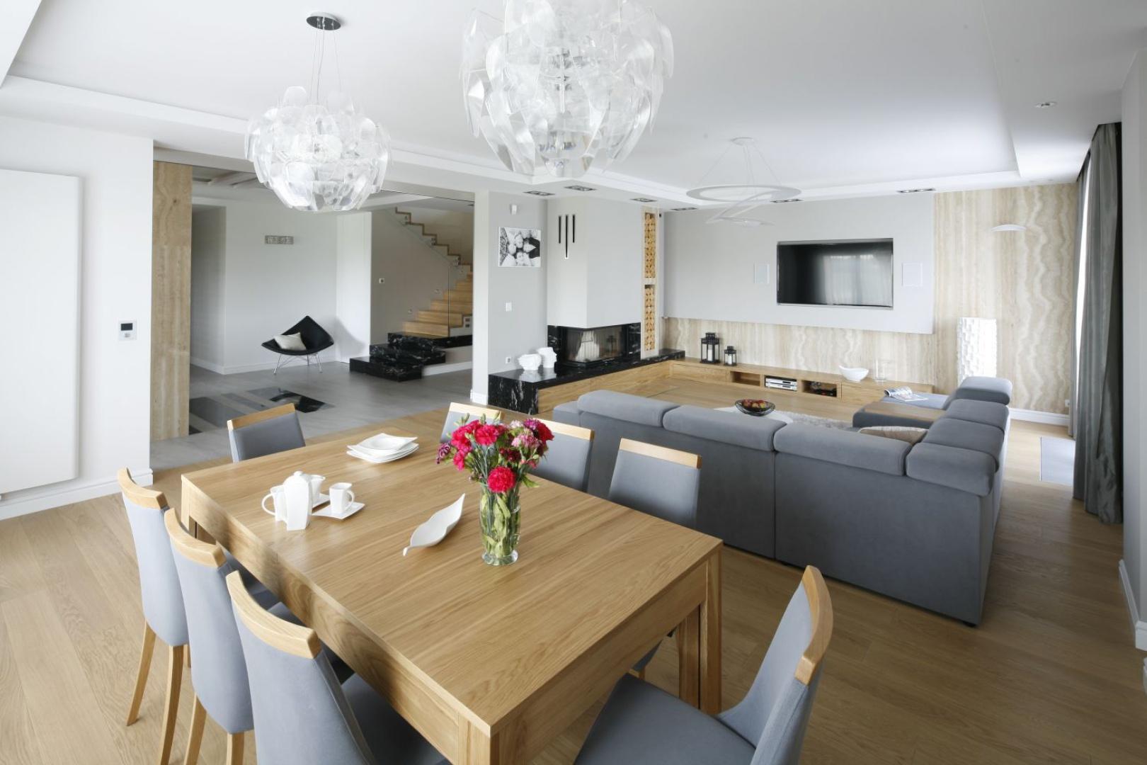 Przestronny salon i jadalnia tworzą wspólną, otwartą strefę dzienną. Projekt: Katarzyna Mikulska-Sękalska. Fot. Bartosz Jarosz