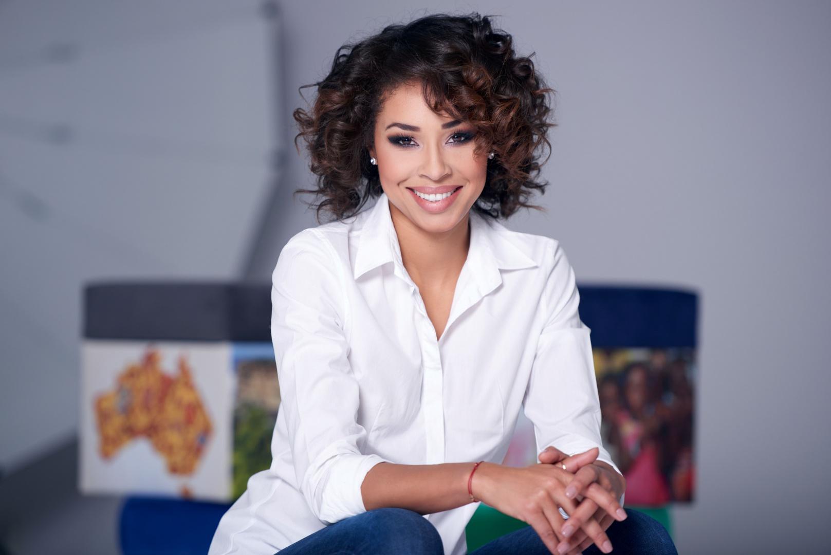 W swojej karierze Omenaa Mensah robiła wiele rzeczy – od bycia właścicielką firmy robiącej egzotyczne fryzury, po napisanie książki kulinarnej. Od kilku lat jest również właścicielką marki mebli Ammadora.