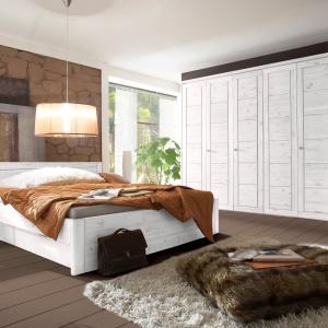 W kolekcji Bristol Seart prostotę form połączona z niebywałą elegancją. Masywne łóżka oraz pojemne szafy z litego drewna sosnowego dostępne w kilku wariantach kolorystycznych: bejca olejowana, lakier naturalny, lakier miodowy oraz lakier biały. Fot. Seart