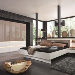 Kolekcja Atami z oferty Salonów Agata łaczy uniwersalną biel z lakierowanymi forntami szafy w modnym ciepłym odcieniu cappuccino. Fot. Agata Meble