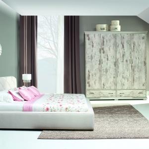 Komplet mebli Retro New Elegance Furniture w wykończeniu dąb kanion zapewni wnętrzu niepowtarzalny klimat. Polecana do sypialni urządzonych w stylu retro, vintage lub rustykalnym. Fot. New Elegance Furniture