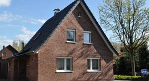 Jednym ze sposobów na wykończenie nowej lub modernizowanej elewacji jest położenie płytek klinkierowych. Rozwiązanie to łączy w sobie walory estetyczne oraz praktyczne ponieważ dodatkowo ociepla budynek.