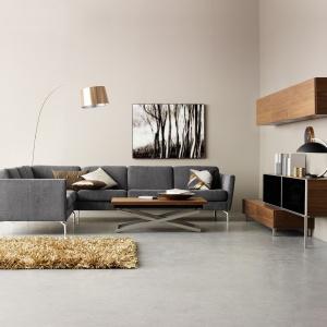 Klasyczna, elegancka i komfortowa sofa narożna Osaka BoConcept z pikowanym siedziskiem. Wyrafinowane przeszycia oraz aluminiowe nóżki nadają jej delikatny wygląd. Na zdjęciu szara tkanina Matera. Fot. BoConcept