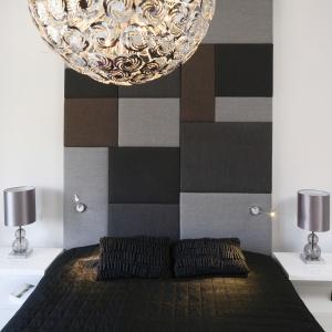 Aż do sufitu sięga pikowany zagłówek w geometryczne wzory. Projekt: Agata Piltz. Fot. Bartosz Jarosz