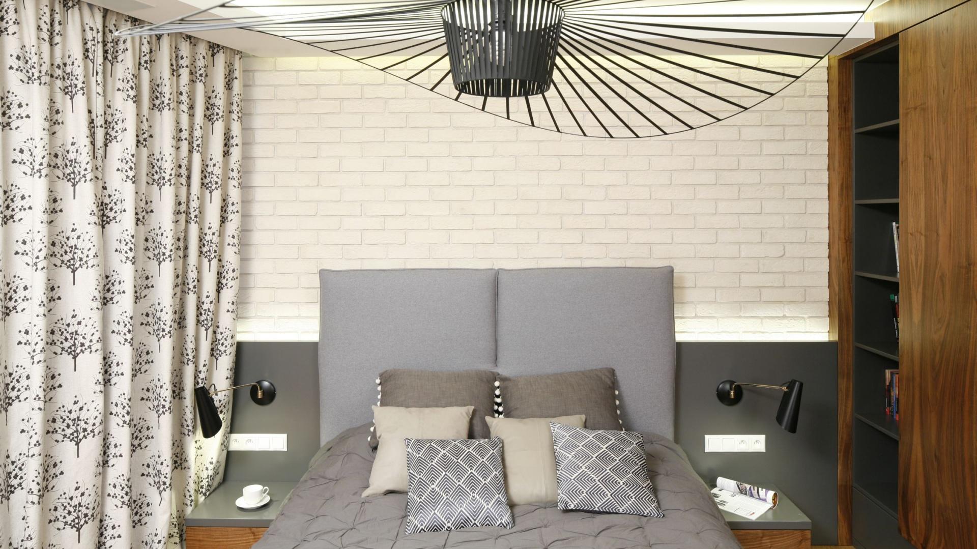 Na ścianie za łóżkiem efektownie prezentuje się pomalowana na kremowo cegła. Projekt: Agnieszka Hajdas-Obajtek. Fot. Bartosz Jarosz