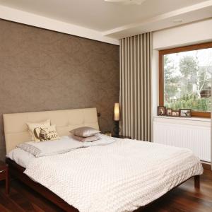W sypialni urządzonej klasycznie z elementami stylu vintage ścianę za łóżkiem wykończono ciemną tapetą z połyskującym złotem wzorem. Projekt: Piotr Stanisz. Fot. Bartosz Jarosz