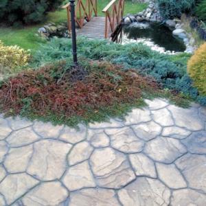Ścieżka z betonu w ogrodzie? Zobacz, jak może wyglądać!