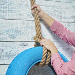 Krok 4: Za pomocą liny przymocuj lub powieś oponę w miejscu, gdzie ma się znajdować kwietnik. Fot. Praktiker
