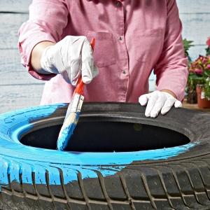 Krok 1: Pomaluj kolorową, wodoodporną farbą oponę, która posłuży nam za kwietnik. Fot. Praktiker