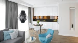 W nowoczesnych projektach domów i mieszkań salon, jadalnię i kuchenny aneks urządzamy na wspólnej otwartej przestrzeni. Jak to zrobić modnie, a przy tym funkcjonalnie?