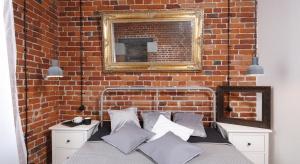 Zaadaptowana na wnętrza mieszkaniowe przestrzeń starej fabryki zachwyca industrialnymi elementami,ciepłym kolorem wiekowej cegły i połączeniem klasykiznowoczesnością.