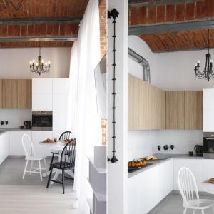 Kuchnia, przeniesiona na miejsce pierwotnie zaplanowanej sypialni, została otwarta na salon. Jej wykończenie przywodzi na myśl styl minimalistyczny. Projekt: Tomasz Jasiński. Fot. Bartosz Jarosz