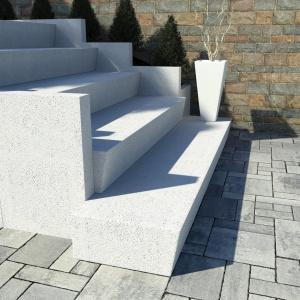 Podcięte stopnie kątowe, których forma polegająca połączeniu stopnicy i podstopnicy w jeden zespolony element  pozwala na obudowanie starych, np. betonowych nawierzchni. Fot. Bruk-Bet.