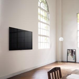 Specjalnie zaprojektowane otwory wentylacyjne i uchwyt ścienny gwarantują znakomity wygląd telewizora z ekskluzywnejserii XD93/XD94Sony Bravia nawet po zamontowaniu go przy samej ścianie. Jakość obrazu 4K HDR. Fot. Sony