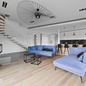 Drewniana podłoga z kolekcji Modern stanowi piękne uzupełnienie nowoczesnej aranżacji strefy dziennej. Fot. Nobifloor/Dekorian