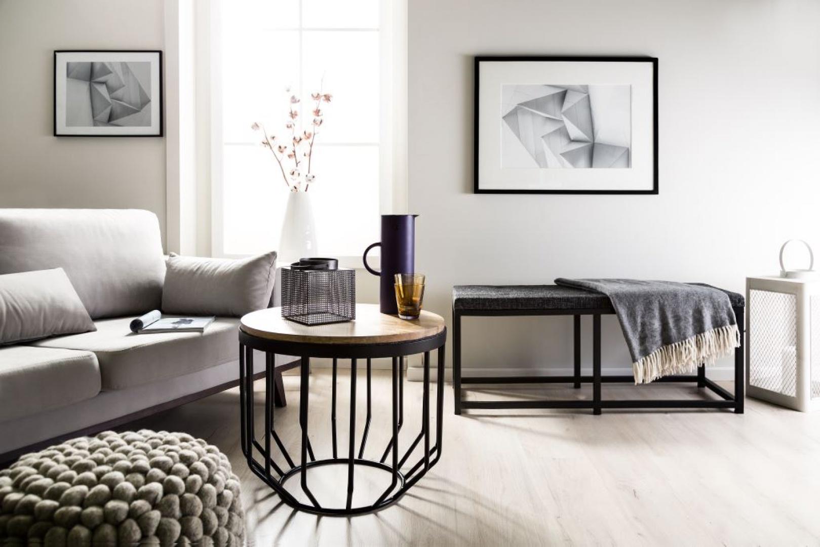 Nowoczesny, oryginalny stolik kawowy Mood Nordic Industrial zachwyca metalową konstrukcją podstawy oraz drewnianym blatem, który ociepla skandynawską aranżację salonu. Fot. Westwing