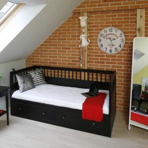 Niewielka sypialnia ze skosem jest bardzo klimatyczna dzięki zastosowaniu cegły na ścianie oraz stylowym mebelkom. Projekt: Beata Ignasiak. Fot. Bartosz Jarosz