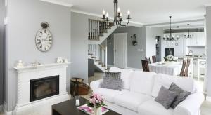 Salon w stylu klasycznym to ponadczasowa elegancja ubrana w stonowaną kolorystykę i stylizowane formy. Zobaczcie, jak wygląda w domach Polaków.