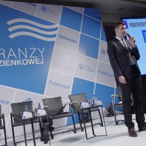 """Arkadiusz Kaczanowski prezentuje wyniki raportu """"Liderzy Rynku Łazienek""""."""