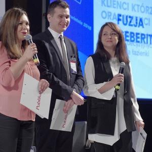 Marta Borowska, Arkadiusz Kaczanowski oraz Anna Raducha-Romanowicz witają gości Forum Branży Łazienkowej.