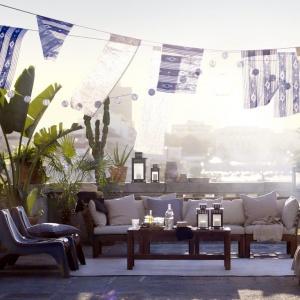 Piękny taras urządzony w błękitno-szarej kolorystyce. Do wypoczynku zachęcają liczne poduszki. Fot. IKEA