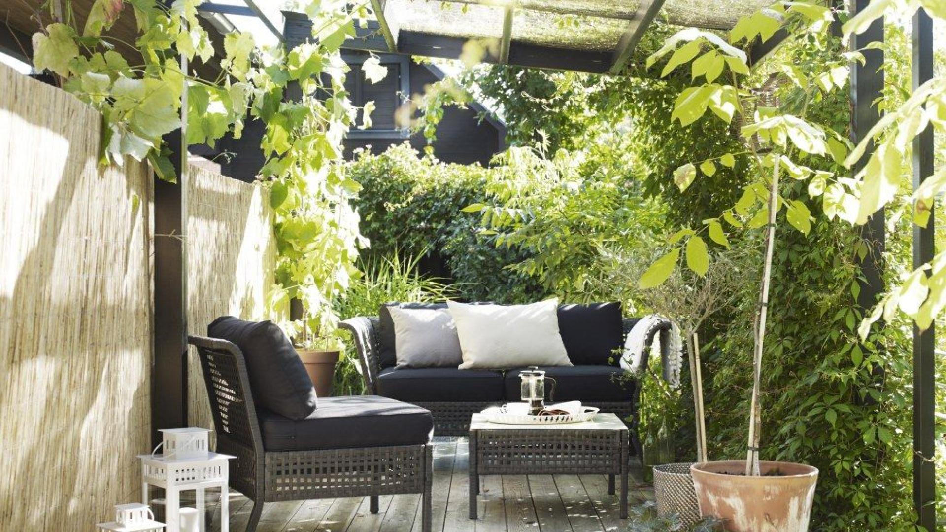 Taras porośnięty zielenią to najlepsze miejsce na spędzenie wiosennych i letnich popołudni. Wygodne rattanowe meble sprawiają, że czas upłynie nam nadzwyczaj miło. Fot. IKEA