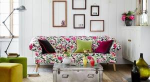 Kwiatowe motywy w salonie to idealny sposób na zbudowanie radosnej, wiosennej atmosfery. Zobaczcie, jak w prosty sposób udekorować nimi salon.