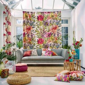 Ten salon cały tonie w kwiatach: kwieciste są tutaj zarówno poduszki dekoracyjne, jak i teksylia w oknach. Fot. Długa Showroom