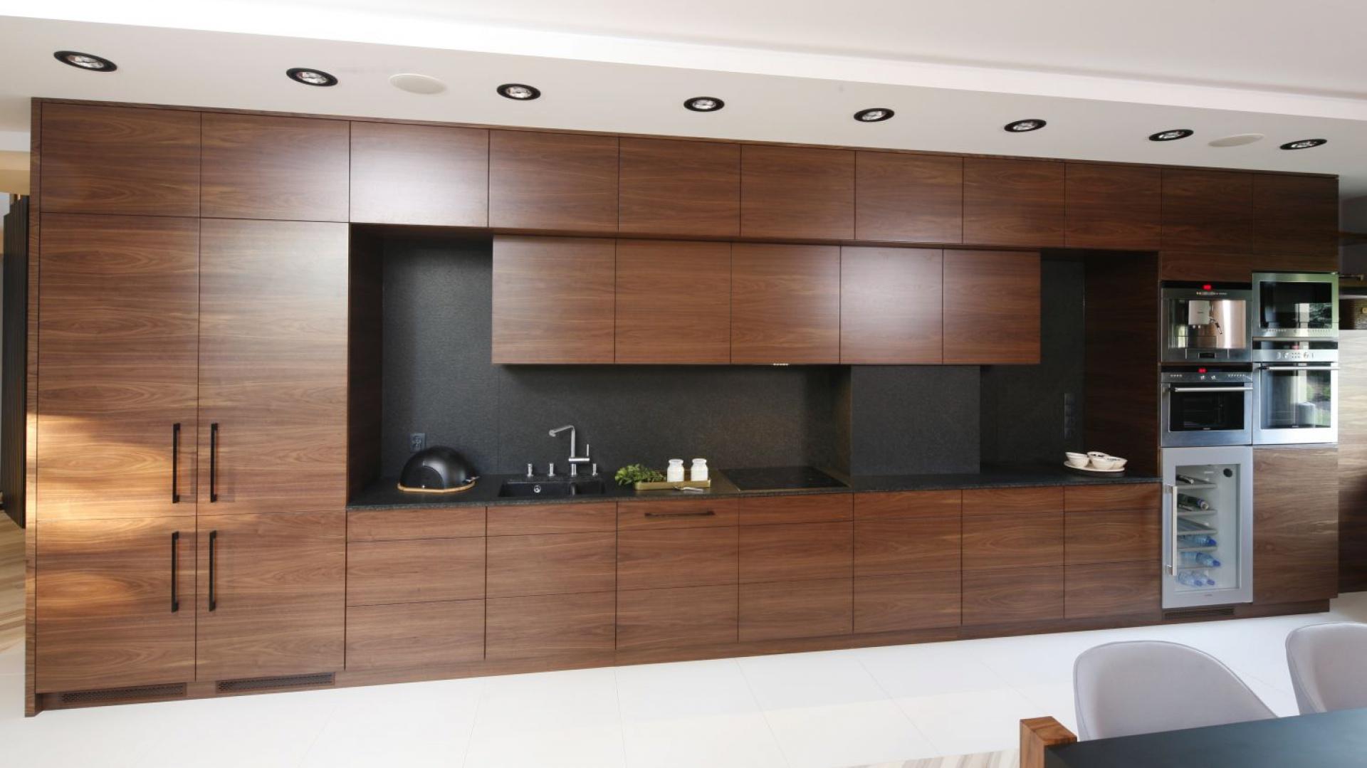 W kuchni połączonej z Kuchnia w drewnie tania nie jest, ale jaki efekt!   -> Kuchnia Orzech Amerykanski Cena