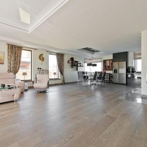 Podłoga w salonie: postaw na naturalne drewno