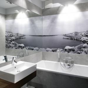 Główną rolę w aranżacji łazienki odgrywa fototapeta z widokiem na wenecką plażę. Projekt: Lucyna Kołodziejska. Fot. Bartosz Jarosz